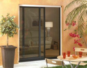 Store moustiquaire plissé vertical pour porte-fenêtre - Menuiserie Guy Rollande - Maître Artisan Spécialiste Rénovation en Loire Atlantique (44)